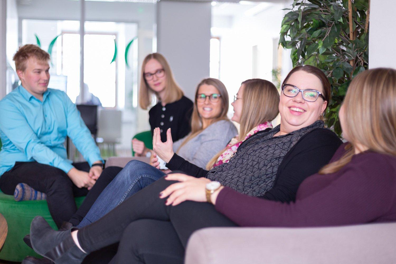 Des collègues chez Liana Technologies, discutant ensemble