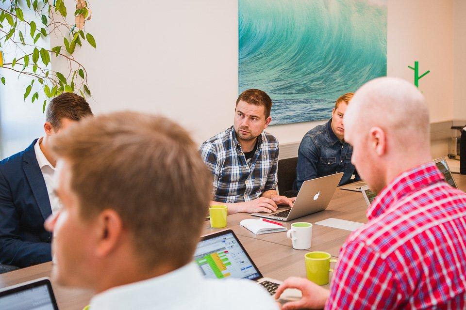 Équipe travaillant ensemble avec des ordinateurs