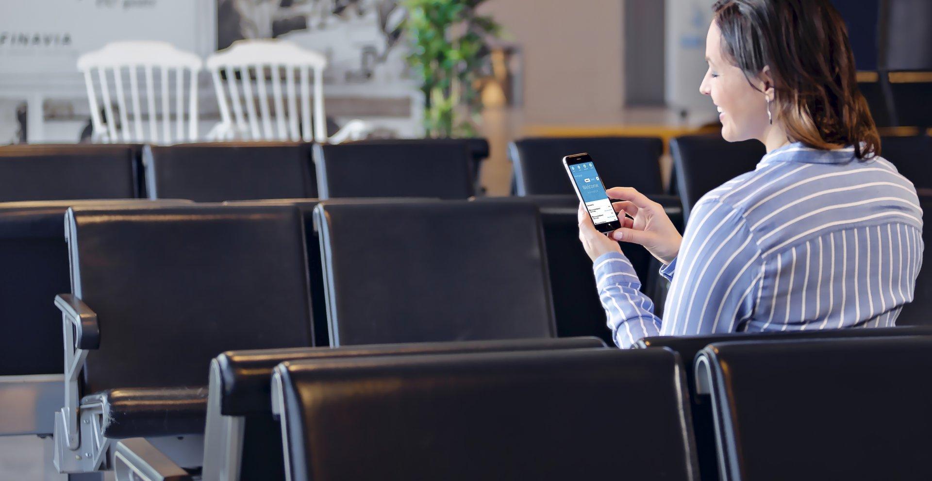 Femme d'affaire travaillant sur un téléphone portable