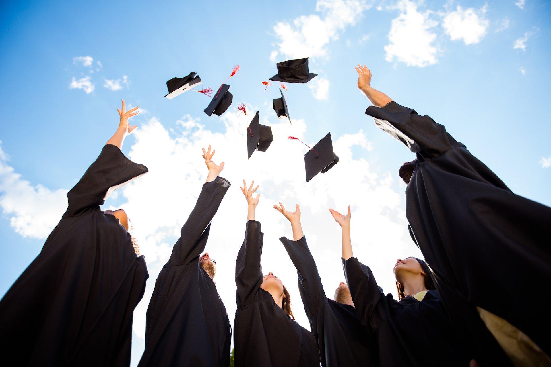 Étudiants célébrant leur diplôme